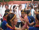 Dansen tijdens de jongerenreis naar Nepal