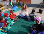Zorg tijdens het sociaal project voor de kinderen in het opvangcentrum in Nepal