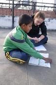 Vrijwilliger samen met een leerling op het lesgeef project in Nepal