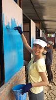 Projects Abroad vrijwilliger verft de muren van een nieuw klaslokaal van de Sunrise school, Kathmandu, Nepal