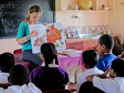 Projects Abroad vrijwilliger staat voor de klas en helpt met lesgeven op een lokale school in Fiji