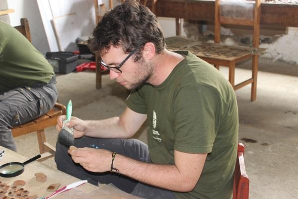Vrijwilliger doet archeologisch onderzoek op het Inca project in Peru