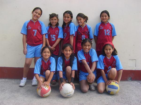 Het volleybal team op een sportproject in Peru