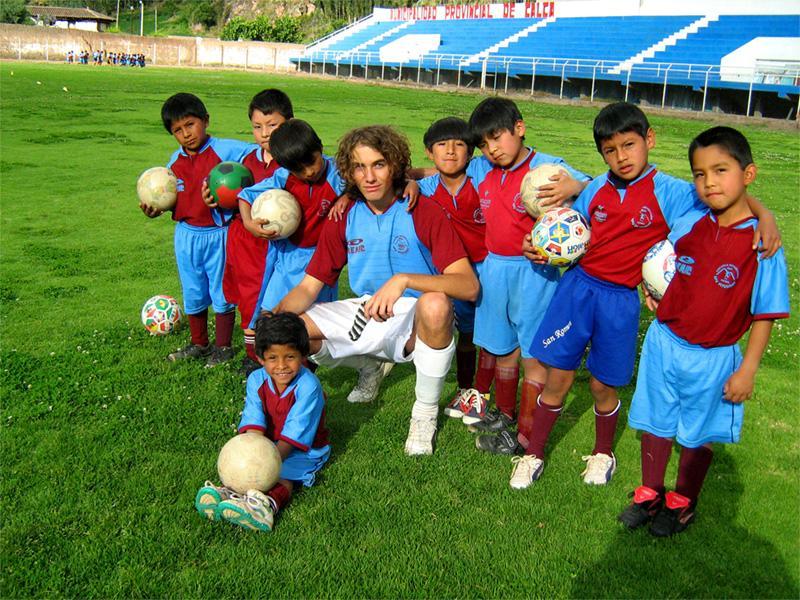 Projects Abroad vrijwilliger met zijn klas bij een gymles project in Peru