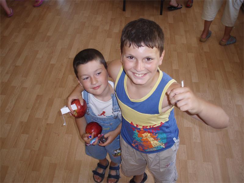 Twee Roemeense kinderen bij een sociaal project in een weeshuis in Roemenië