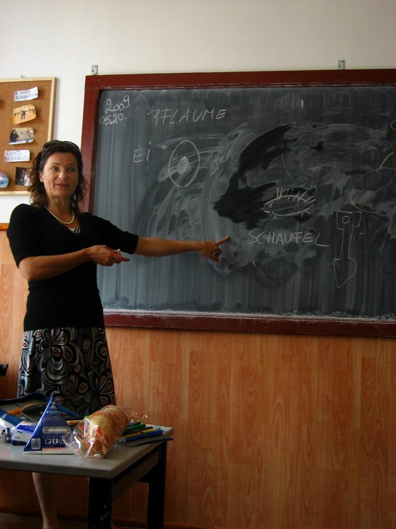 Een vrijwilliger geeft les in Roemenië