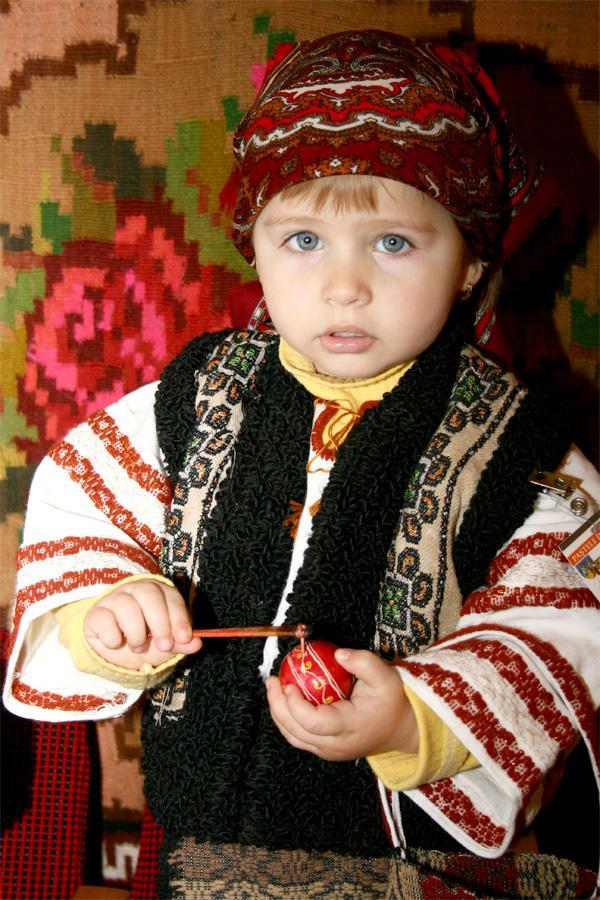 Roemeens meisje in traditionele kleding