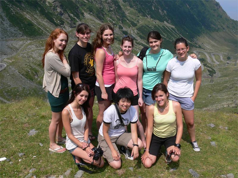 Projects Abroad vrijwilligers wandelen in de bergen in Roemenië
