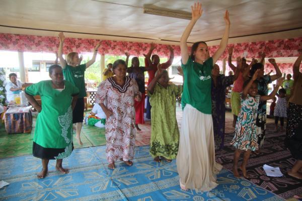 Projects Abroad vrijwilligers geven aerobic les aan de lokale bevolking in Samoa tijdens de start van het voeding project