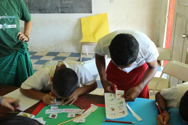 Basisschool leerlingen zijn aan het knutselen bij het lesgeef project in Apia, Samoa