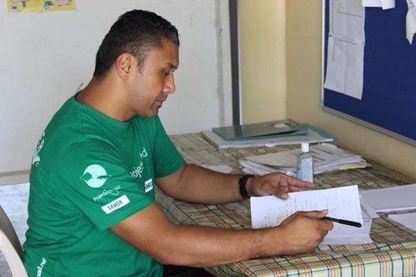 Projects Abroad vrijwilliger doet de administratie in een ziekenhuis op het Voeding project in Samoa