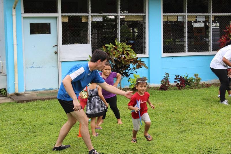 Vrijwilligers organiseren een estafette voor de kinderen op hun project