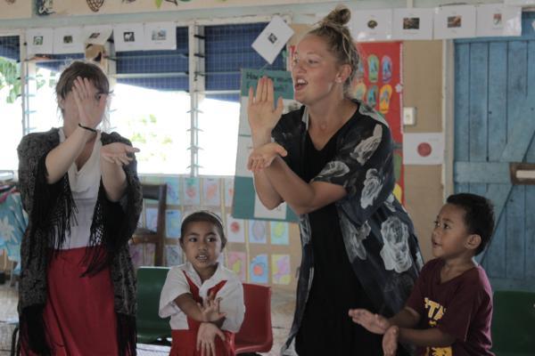 Vrijwilligers op het lesgeef project spelen spelletjes met leerlingen van een basisschool in Apia, Samoa
