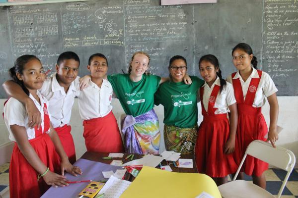 Vrijwilligers op het lesgeef project met leerlingen van een school in Apia, Samoa