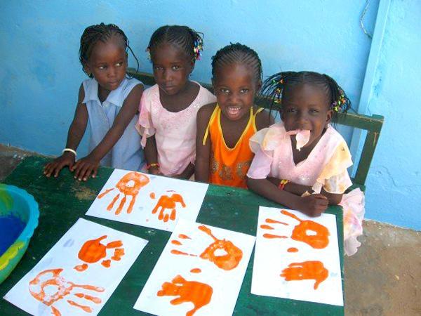 Senegalese meisjes tijdens een knutselklas op een sociaal project