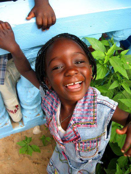 Senegalees meisje op de buitenplaats van een sociaal project