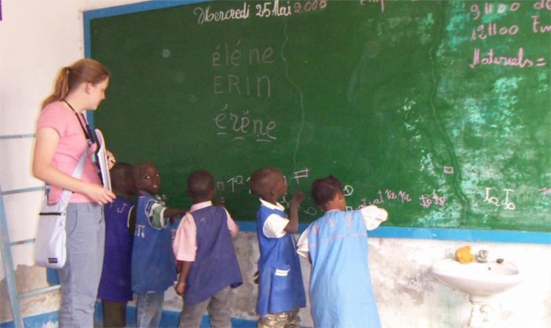Kinderen in de klas oefenen met schrijven op het schoolbord