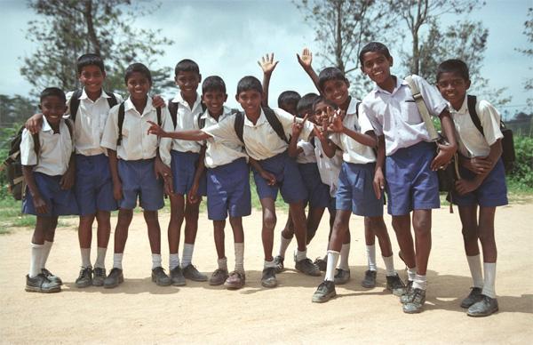 Jongens in schooluniform in Sri Lanka