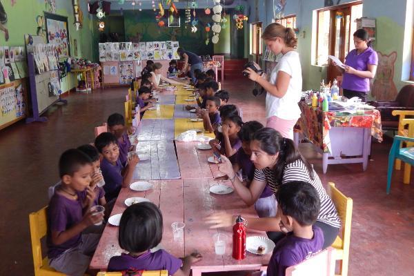 Kinderen lunchen op een sociaal project in Sri Lanka