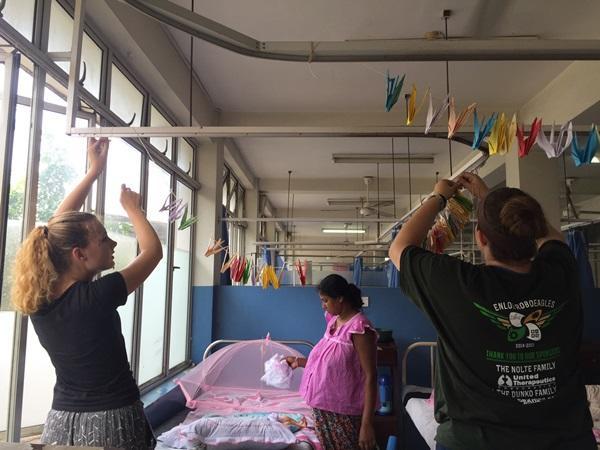 Projects Abroad vrijwilligers hangen 1000 origami vogels op in een vrouwenziekenhuis in Sri Lanka