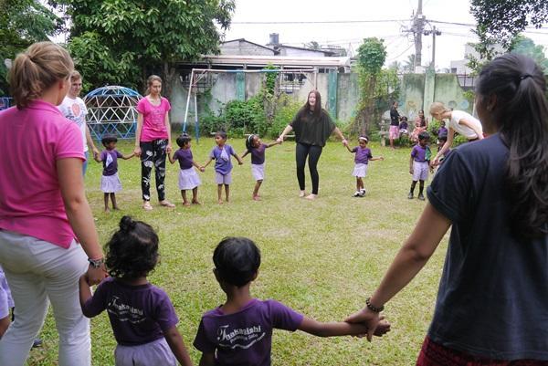 Projects Abroad jongerenreis vrijwilligers spelen met kinderen in een crèche in Colombo, Sri Lanka