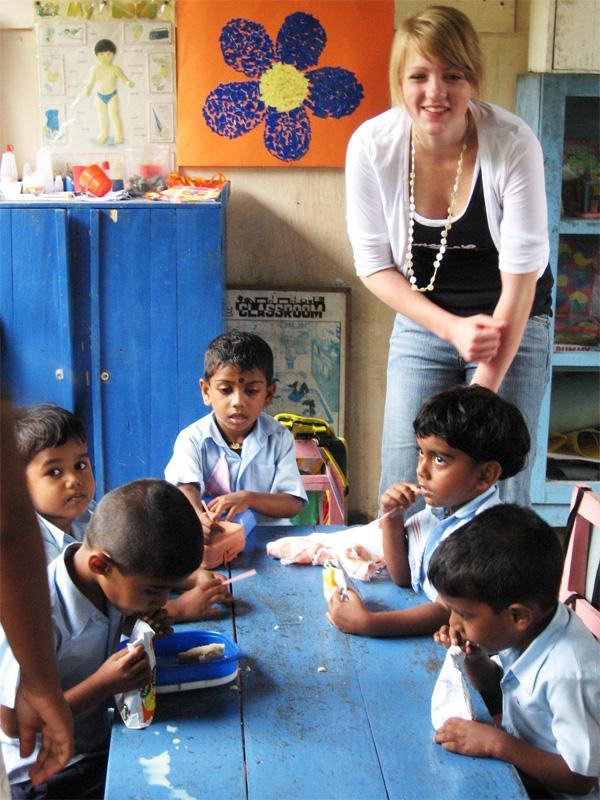 Projects Abroad vrijwilliger tijdens de lunchbij een sociaal project in Sri Lanka