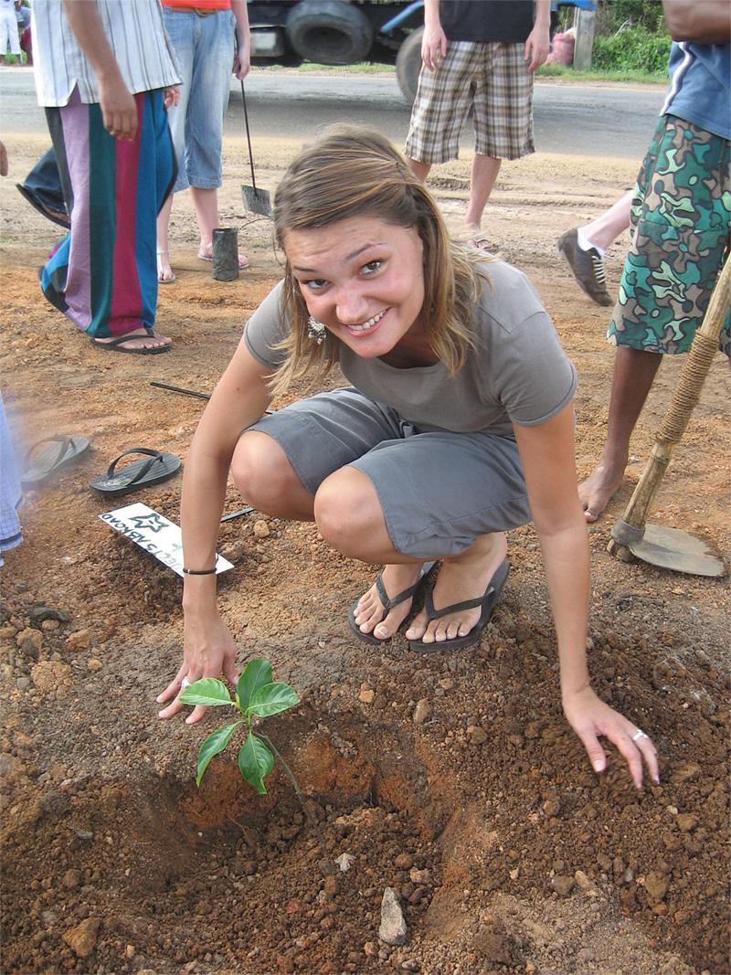 Projects Abroad vrijwilliger plant een boompje tijdens een community outreach in Sri lanka