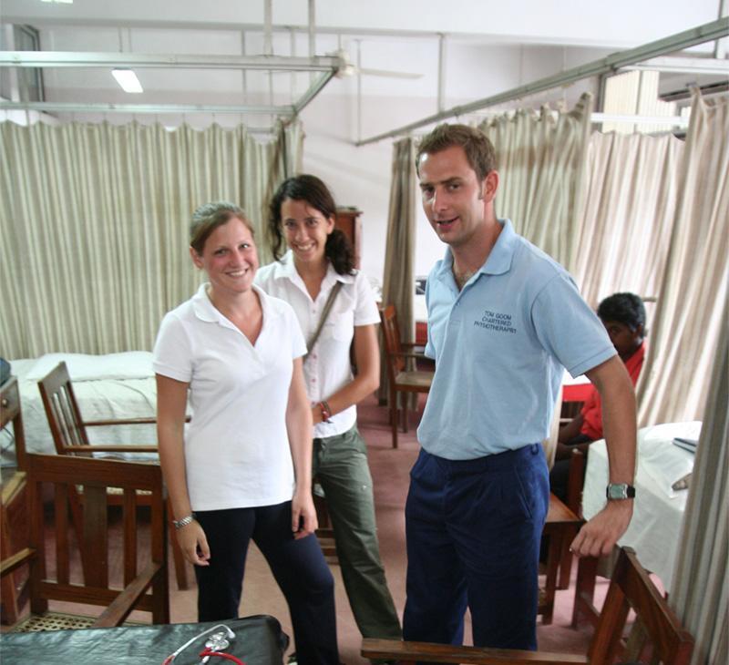 Drie geneeskunde vrijwilligers in de ziekenzaal bij een ziekenhuis in Colombo