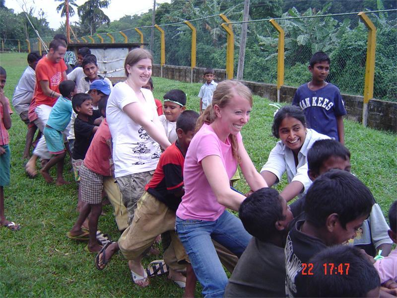 Touwtrekken met de kinderen op een sociaal project in Sri Lanka