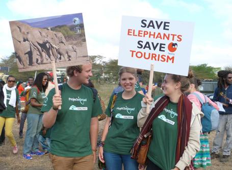 Vrijwilligers protesteren mee tegen het olifanten toerisme in Tanzania