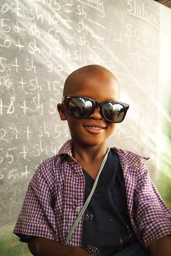Coole leerling bij een lesgeef project in Tanzania