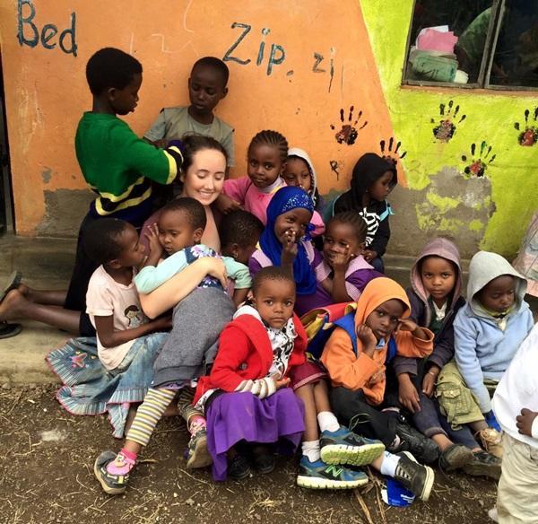 Projects Abroad vrijwilliger met lokale kinderen op een Sociaal project in Tanzania