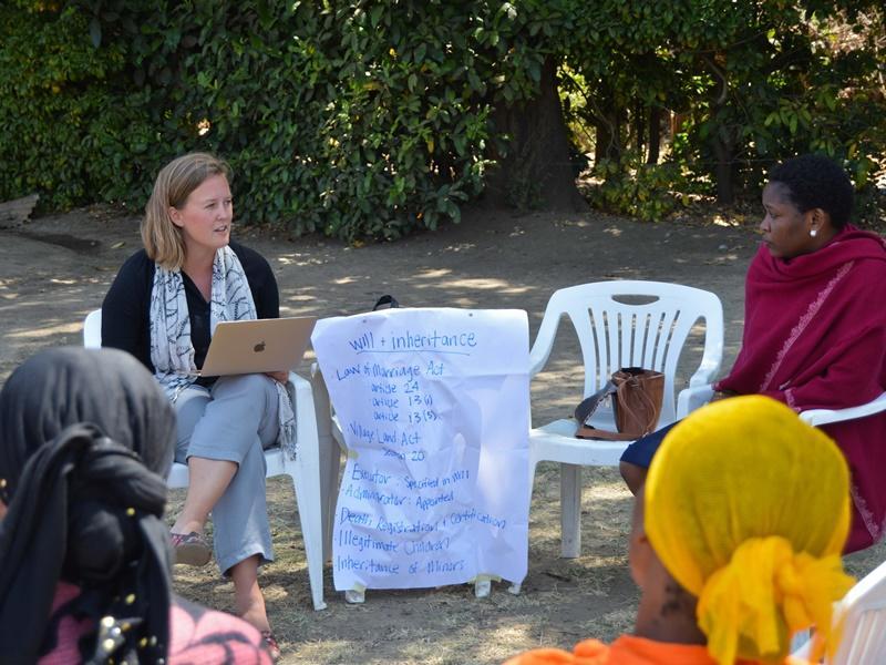 In Arusha, Tanzania, geven vrijwilligers van het Mensenrechten project uitleg over erfrecht