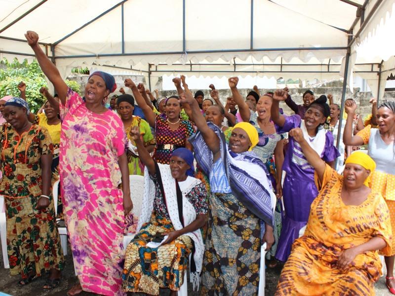 In Tanzania krijgen vrouwen een workshop over mensenrechten