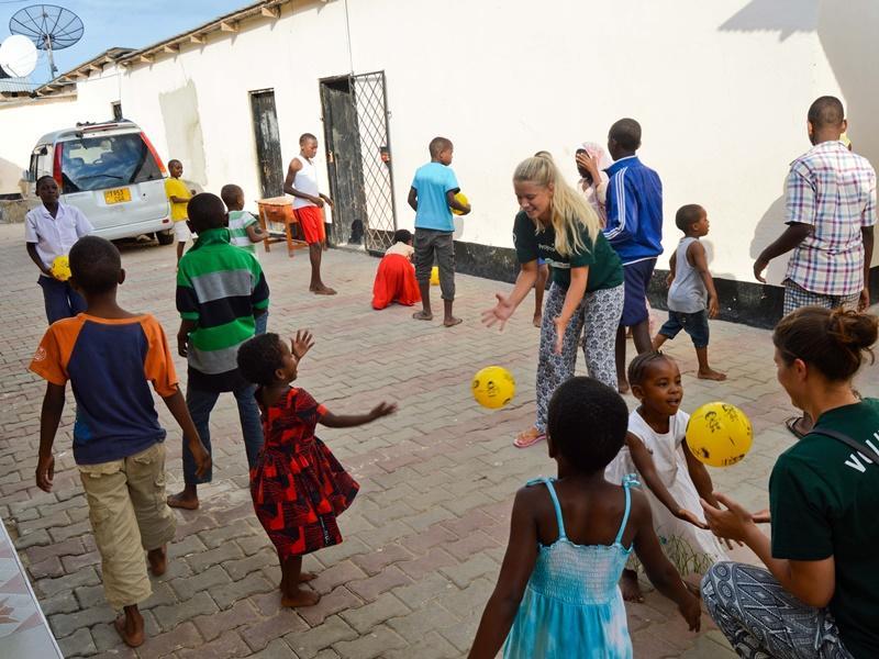 Kinderen spelen een balspel in een weeshuis in Tanzania