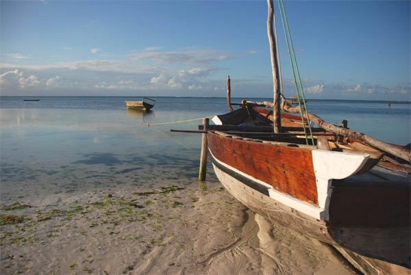 Een vissersboot in de vroege ochtend in Tanzania