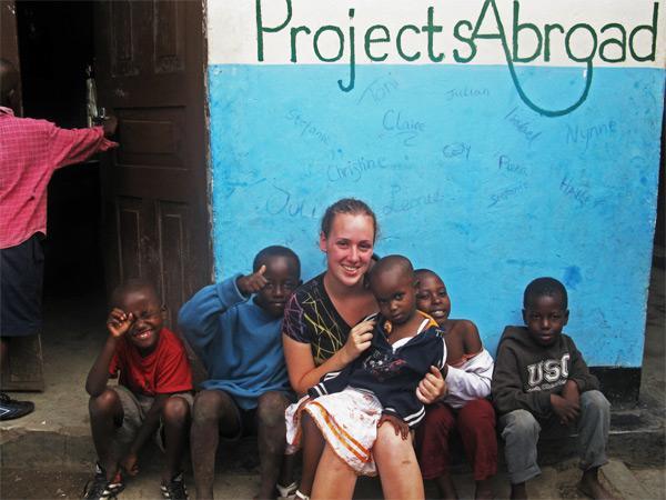 Projects Abroad vrijwilliger met kinderen bij een sociaal project