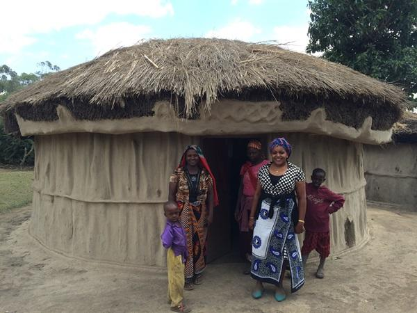 Enkele lokale vrouwen die deelnemen aan het microkrediet project in Tanzania