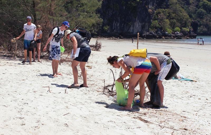 Projects Abroad vrijwilligers in Thailand helpen bij het natuurbehoud door regelmatig afval op te ruimen op de lokale stranden