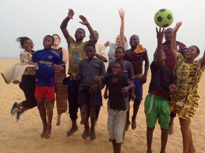 Projects Abroad neemt straatkinderen mee naar het strand tijdens het Mensenrechten project
