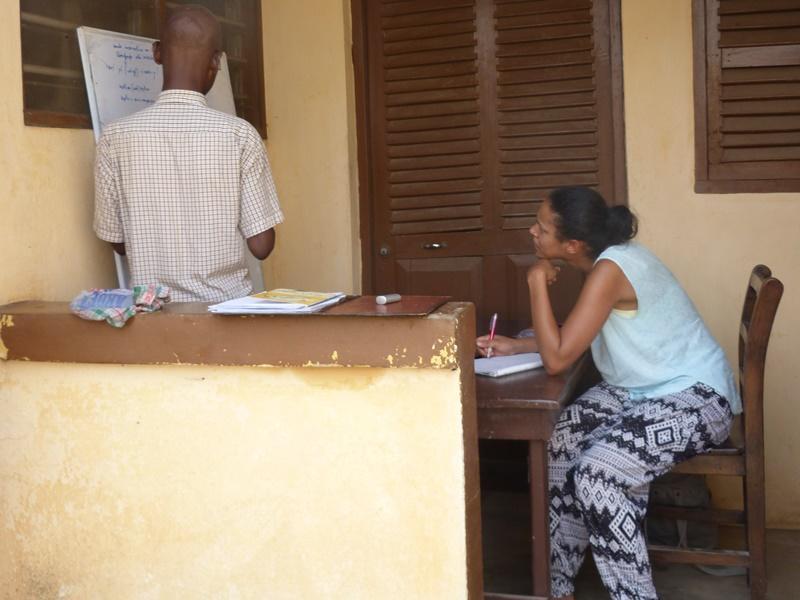 Een vrijwilliger van Projects Abroad doet een taalcursus Ewe in Togo