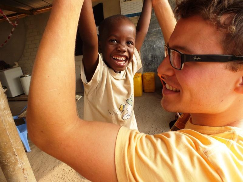 Vrijwilliger zorgt voor plezier op een sociaal project