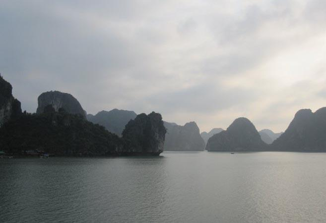 Prachitg karstgebergte in Halong Bay in Vietnam