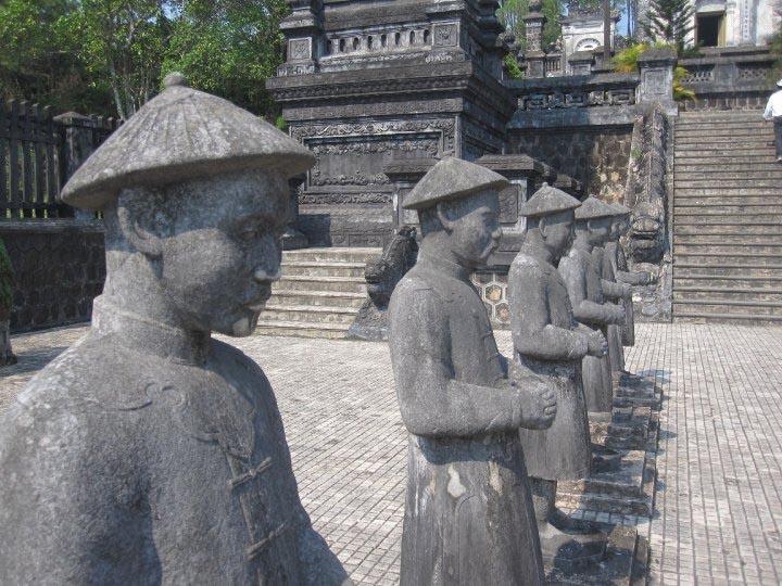 Vietnamese standbeelden groeten de bezoeker van een lokale tempel