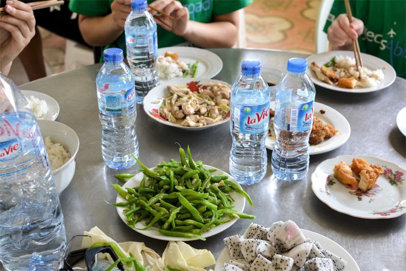Vrijwilligers genieten van traditionele Vietnamese gerechten voor lunch