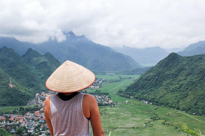 Een medewerker kijkt uit over het dorp Mai Chau waar het Business project is gevestigd
