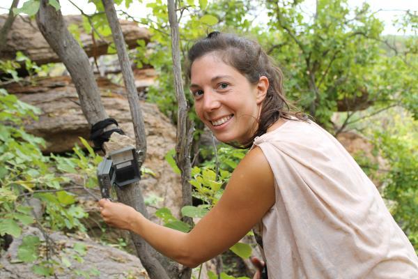 Franse vrijwilliger plaatst een camera bij het Wild at Tuli reservaat in Botswana