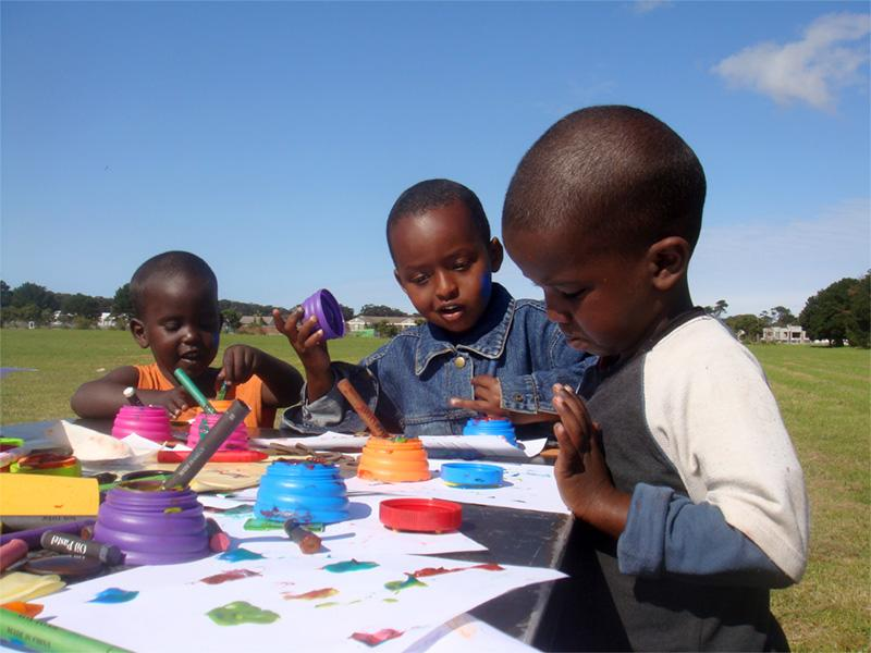 Kinderen in een vluchtelingenkamp in Zuid-Afrika