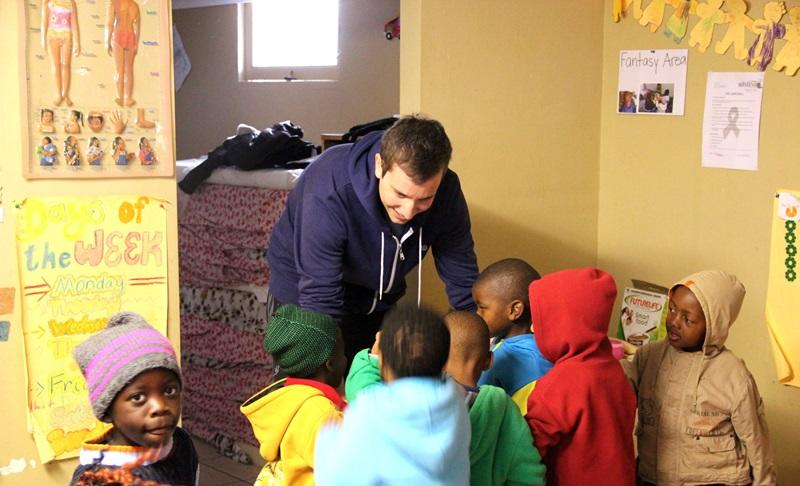 Projects Abroad vrijwilliger met kinderen in Little Shine Educare in Vrygrond, Kaapstad