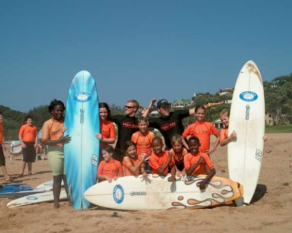 Projects Abroad vrijwilligers met hun klas op het surfproject in Kaapstad, Zuid-Afrika